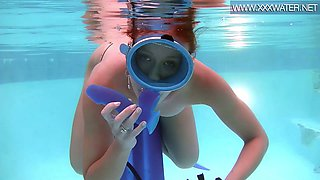 Seductive diver Minnie Manga sucks a suction cup dildo under the water