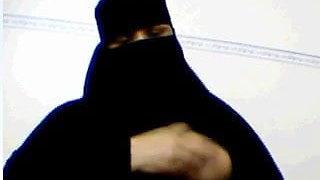 Niqabi MILF gives instruction