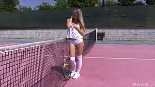 Solo tennis babe on the court to masturbate her hot pussy