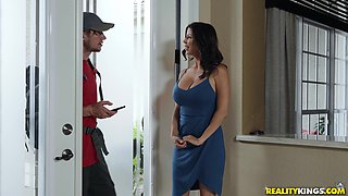 Before getting fucked sexy Alexis Fawx sucked strong friend's shaft