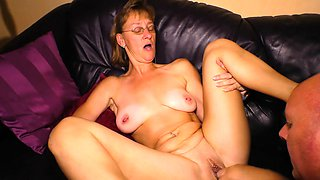 HAUSFRAU FICKEN - German granny fucks with her glasses on