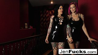 Jen and Anna Bell explore each other's amazing curves