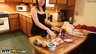 Guy fuck his girlfriend in the kitchen and Cum shot