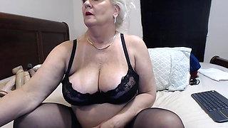 Mature woman masturbates her squishy cunt