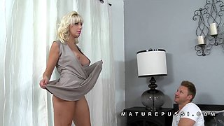 Natasha Juju flexible milf pussy display