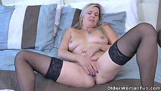 Canadian velvet mother gives her pussy a workout with fingers
