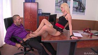 Kinky boss loves licking feet and fucking pussy of Vanda Lust