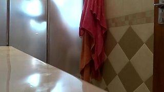 Spying my aunt in the shower. Mi tia en la ducha