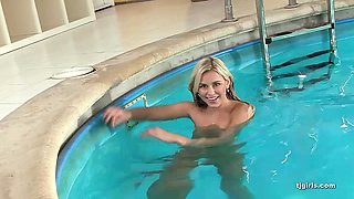 Babe swims naked in the pool