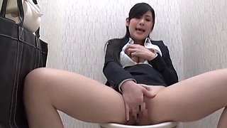 Solo model playing with her cunt in the toilet - Seino Iroha