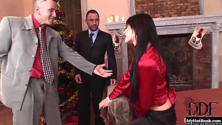 Aliz shows her gratitude by inviting the boss over for dinner.
